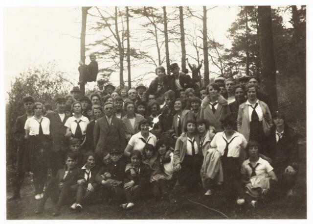052857 - Volt sport gymnastiek. vermoedelijk tijdens een uitstapje rond 1930. Uiterst links Jo Vermeulen, de latere voorzitter. Staand voor de linker boom met hoed Jan Vermeulen, de oprichter en voorzitter.