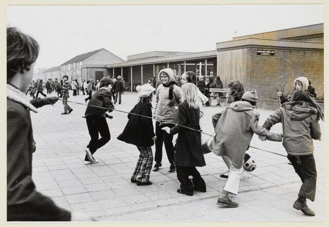 100789 - Onderwijs. Basisschool de Wingerd. Schoolplein. Spelende kinderen.