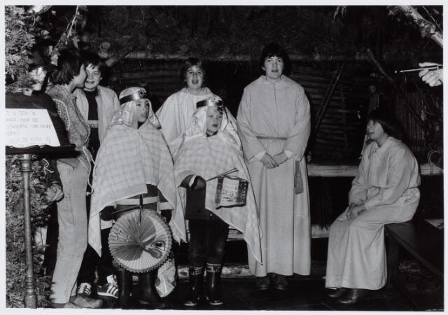 053143 - Driekoningen zingen bij de kerststal in de Goirkesekerk op 6 januari 1985.