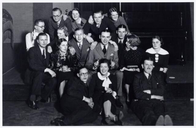 """104028 - Toneel. toneelvereniging 'The Showboat' onderafdeling van de Philharmonie, na de opvoering van het stuk """"Ín de mist' in de zaal van de liedertafel op 16 januari 1936."""