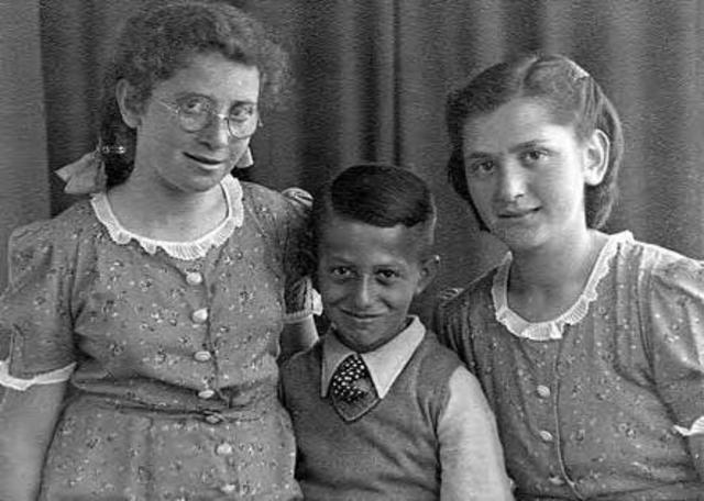 604393 - Tweede Wereldoorlog. Oorlogsslachtoffers. Roosje Salka Mozes, geboren in Amsterdam op 2 mei 1928 en overleden op 11 juni 1943 in het concentratiekamp Sobibor, Polen.  Horst Eichenwald, geboren op 13 juli 1932 in Lippstadt, Duitsland en overleden op 11 juni 1943 in het concentratiekamp Sobibor, Polen.   Op 30 maart 1943 werd het bericht van Rauter gepubliceerd de joden acht provincies (waaronder Noord Brabant ) uiterlijk op 10 april  ontruimd moesten hebben. Het gezin Mozes werd op 9 april 1943 gedeporteerd.  Op de foto is ook Martha Mozes te zien die de oorlog overleefde.