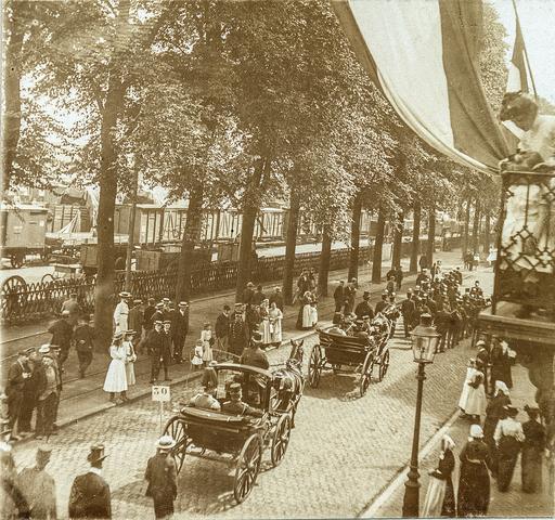 653504 - Straatbeeld. Spoorlaan ter hoogte van het Stationsplein. Militaire muziekwedstrijd 17, 18 en 19 juni 1905. Militaire parade. Koetsen. (Origineel is een stereofoto.)