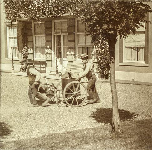 653551 - Villa Geldersch Hof,  straatvegers. (Origineel is een stereofoto.)