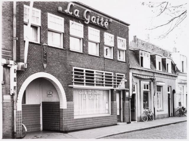 """028605 - Panden aan het Piusplein 19, 18 en 17. waaronder café """"La Gaite"""""""