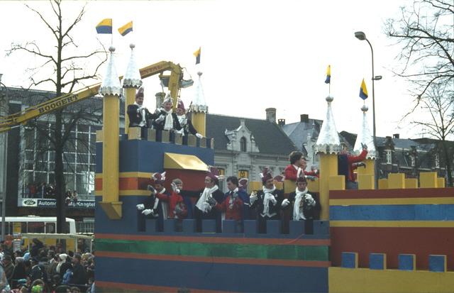 656397 - Carnaval Tilburg. Carnavalsoptocht Heuvelstraat Tilburg in 1977. Een carnavalswagen met het Tilburgse paleis.