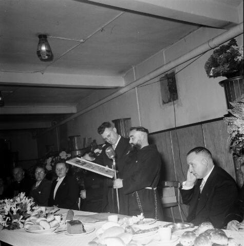 050435 - Vakbonden. 50-jarig bestaan KAB en 25-jarig bestaan Kajotters. Taak: bundeling van activiteiten van de diverse R.K. Werkliedenverenigingen aanvankelijk in het federatief verband van de Bossche Diocesane Werkliedenbond, later als Tilburgse afdeling van de landelijke arbeiders- en vakbeweging op katholieke grondslag, tot de fusie daarvan met het N.V.V. in het F.N.V.