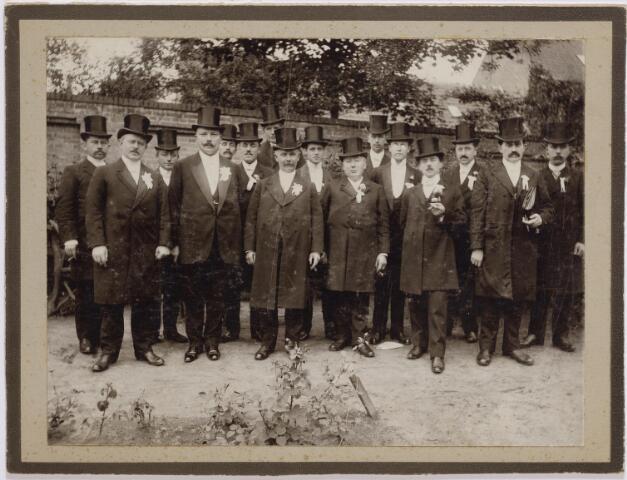 045858 - Goirlese dorpsnotabelen, leden van sociëteit Gaudium in Terra (1873-1907). Van links naar rechts A. Klop. P. van Besouw, Janus v.d. Pol, Jacques van Puijenbroek, Christ Robben, H. Klessens, half zichtbaar, Janus de Brouwer, voor hem A. van Vugt, Jacques van Besouw, Sjef(Jos) van Besouw, Ben van Croonenburg, Gérard van Besouw, H.W. Janson, Jan van Croonenburg, Peer Wagtmans en Harrie Appels.