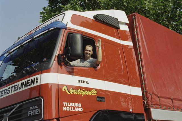 TLB023000912_001 - Vrachtwagen gebr. Versteijnen BV met chauffeur in de cabine.