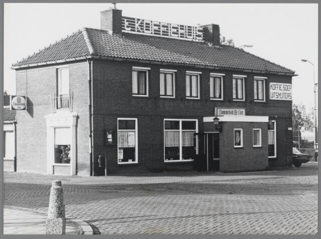 88744 - Café Van Gils gebouwd in 1952 ter vervanging van herberg en bijgebouwen, verdwenen in 1944. In de loop der jaren stond het café bekend onder de namen: Café Van Gils, Café Het Centrum, 't Koffiehuis en Eeterij De Droom.