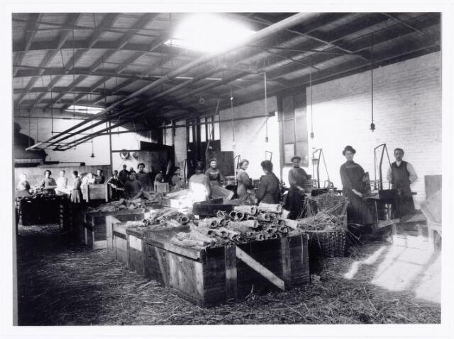 039563 - Catalonië strohulzenfabriek aan de Stedekestraat.