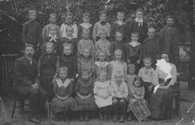 065912 - Christelijke school Deze  foto van de christelijke lagere school is gemaakt op 19 september 1913,  links Mesjeu J.H.Habermehl, rechts Juffrouw Arnoldie. Mesjeu J.H.Habermehl is in 1918 overleden aan de spaanse griep