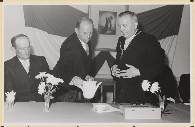 072874 - Afscheid burgemeester J.H. Bardoel.  Links en midden: oud-wethouders G. Ketelaars en W. v.d. Loo. Rechts: burgemeester J. H. Bardoel.