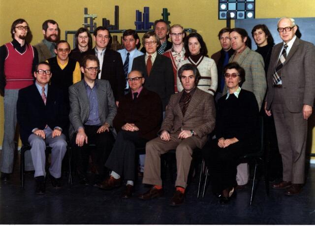 055013 - Onderwijs. Leraren van de Norbertus Mavo. Staand van links naar rechts: Walter Hoeven (nederlands, muziek), Frans Goossens (duits, geschiedenis, handel), Van de Velden (gymnastiek), N.N., Van Diemen, Sjaak Berben (handvaardigheid, tekenen), Wim van Oorschot (engels), Henk Kruijssen (biologie, wiskunde), Van Tilaert, N.N., Walter Damen (wiskunde), Frans Smeulders (natuur- en scheikunde), N.N., frater Adolf Laurijssen (nederlands, engels, handel en economie). Zittend van links naar rechts: Jan van Tilburg (engels, natuurkunde) Lambert van Poppel (frans, nederlands, geschiedenis), frater Eduard van Dommelen (natuur- en scheikunde), Ashmann (directeur) en mevr. Horsten (tenminste tot 1973 hoofd geweest van de meisjesschool in de Hendrik van Tulderstraat.