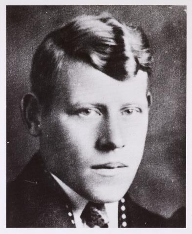 604453 - Tweede Wereldoorlog. Oorlogsslachtoffers. Gerardus Nicolaas Netten; werd geboren op 10 oktober 1916 in Kaatsheuvel en overleed op 1 mei 1945 in het concentratiekamp Buchenwald.  Hij ging begin 1944 vrijwillig werken, in Zeeland, voor de Duitsers omdat hij op deze manier de Arbeitseinsatz in Duitsland hoopte te ontlopen. Na ongeveer een maand vluchtte hij omdat hij slechte behandeld werd en ook het eten liet veel te wensen over. Hij bleef op zijn woonadres in Tilburg (was ziek). Op 15 augustus 1944 werd hij in Tilburg gearresteerd. Via Vught, Scheveningen en Amersfoort werd hij naar het concentratiekamp Buchenwald overgebracht. Op 11 mei 1945 keerde de man die aan hem had vast gezeten tijdens het transport naar Duitsland, terug uit Duitsland. Buchenwald was ondertussen bevreid en de man vertelde dat Gerard Netten nog leefde, maar te zwak was om de terugreis te maken. Hij overleed op 1 mei 1945 in een ziekenhuis in Buchenwald, Duitsland.