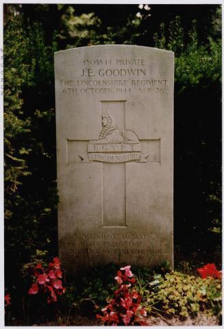 045740 - Tweede Wereldoorlog. Graf C.3.8 op de begraafplaats van de parochie St. Jan. Hier rust John E. Goodwin, Pte, 19 jaar, gesneuveld op 6 oktober 1944, 49. Britse Infanterie Divisie, 4 Bataljon The Lincolnshire Regiment.