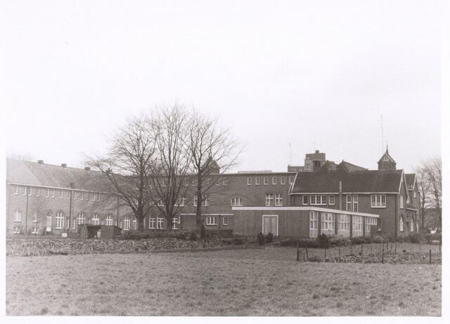 017677 - Gedeelte van het complex van de Rooi Pannen aan de Dr. Ahausstraat begin 1973