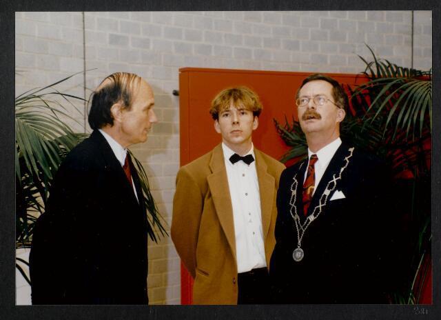 """91265 - Made en Drimmelen. De commissaris van de Koningin in Noord-Brabant (1987-2003) de heer Houben en de heer J. Elzinga, burgemeester van Made (1990-1997) in het zojuist officieel geopende Sociaal Cultureel Centrum """"De Mayboom"""" in Made."""