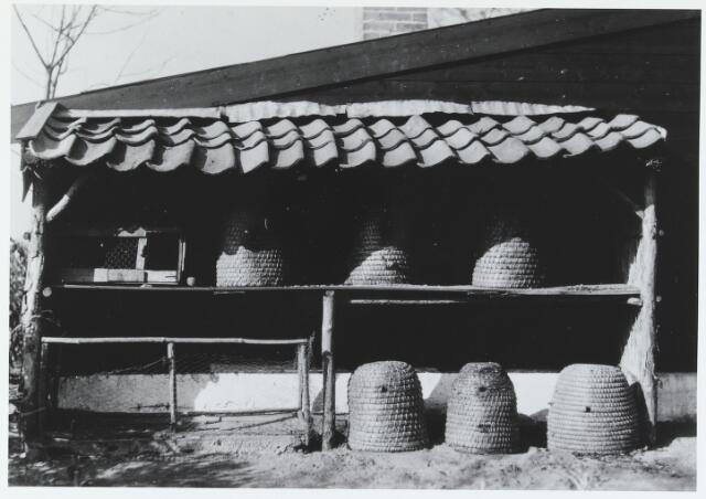 055597 - Hilvarenbeek, landbouw. Bijenstal te Hilvarenbeek in de jaren dertig.