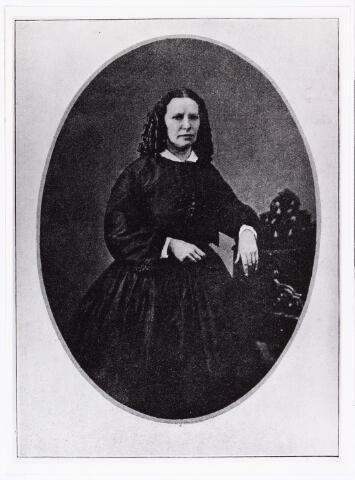 006731 - Elise van Calcar (1822-1904) gefotografeerd op 40-jarige leeftijd. Eliza Carolina Fernanda Schiotling (Elise) werd op 19 november 1822 te Amsterdam geboren als dochter van Johannes Schiotling en Anna Carolina Fleich Haker. In 1945 werd zij onderwijzeres. In 1948 kwam zij naar Breda en opende daar in1851 een zondagsschool voor de arme kinderen uit de omgeving.