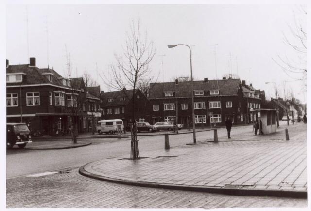 022378 - Kerkplein in de Hoefstraat met links de Van Goorstraat en linksmidden de Jacob van Oudenhovenstraat