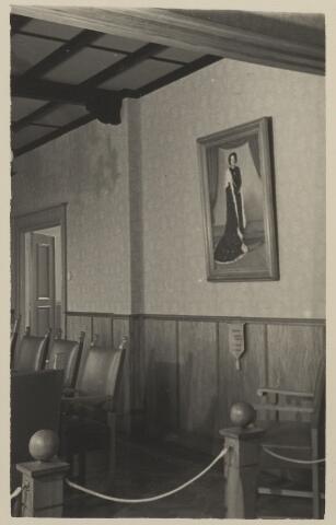 058700 - Interieur raadzaal gemeentehuis. Ingebruik genomen op 6 september 1952 na de verbouwing.