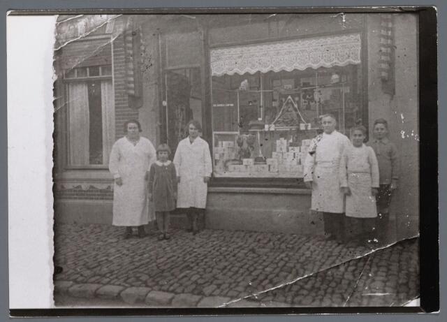 102724 - De bakkerij van Nic. Oomes-Caron aan de Rulstraat 18; v.l.n.r. Mevr. Oomes-Caron. Riet Oomes, Toos Oomes, Nic Oomes-Caron, Cornelis Oomes en Govardus Oomes