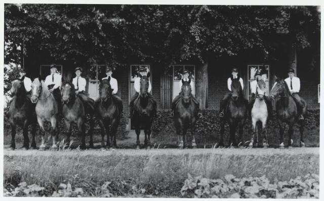 055585 - Hilvarenbeek, sport. De rijvereniging van Moergestel voor de boerderij van de familie Prinsen- van den Bosch aan het Groot Loo te Hilvarenbeek in de jaren dertig.