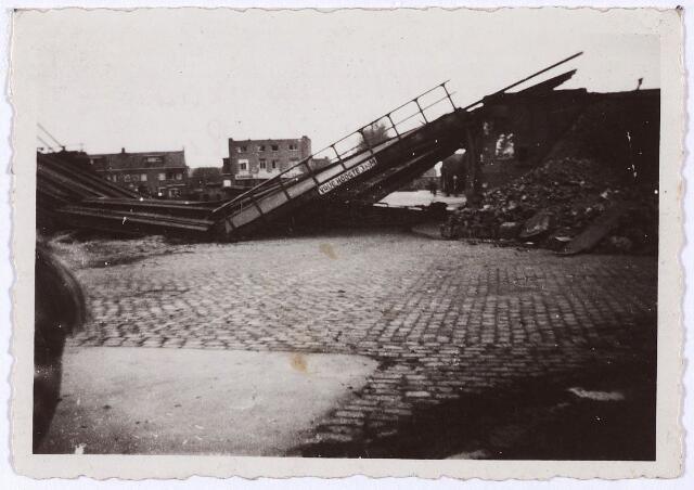 012363 - Tweede Wereldoorlog. Vernielingen. Vernielde spoorbrug bij de Ringbaan-Oost, hoek Bosscheweg. Links het Insulindeplein