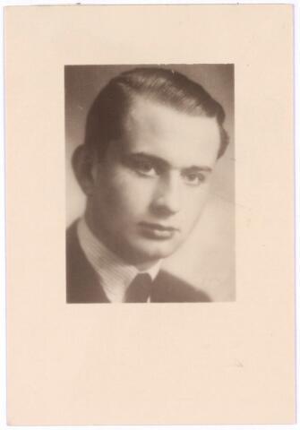 604479 - Bidprentje. Tweede Wereldoorlog. Oorlogsslachtoffers. Franciscus Theodore P.M. van Spaendonck; werd geboren op 11 februari 1920 in Tilburg en overleed op 4 maart 1945 in het concentratiekamp Buchenwald, Duitsland.  Tot de illegale 'Trouw' groep hoorde ook Frans van Spaendonck, student aan de Katholieke Economische Hogeschool in Tilburg en o.a. verbonden aan het illegale blad 'St. Christofoor'. Hij werd op 12 mei 1944 door Gerrits gearresteerd en in het 'Trouw'-proces tot levenslang tuchthuisstraf veroordeeld. Vanuit Bergen-Belsen werd hij overgebracht naar Sachsenhausen (buiten commando Klinker) en vervolgens naar het concentratiekamp Buchenwald, waar hij overleed. Hij liet vrouw en kind (geboren tijdens zijn gevangenschap) achter.
