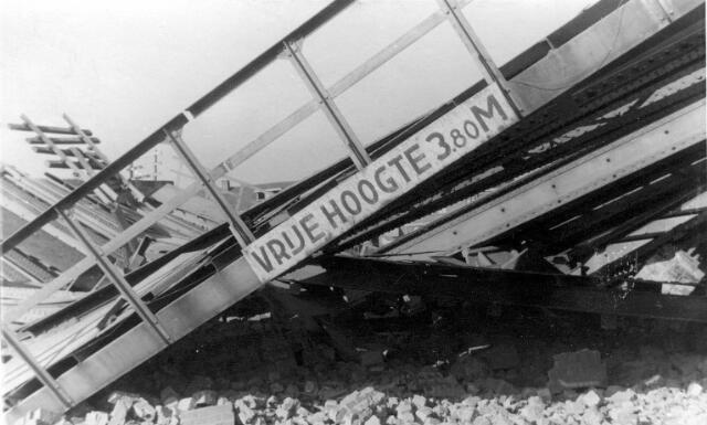 064672 - Tweede Wereldoorlog. Schade aan de spoorbrug aan de Ringbaan-Oost nabij de Bosscheweg.