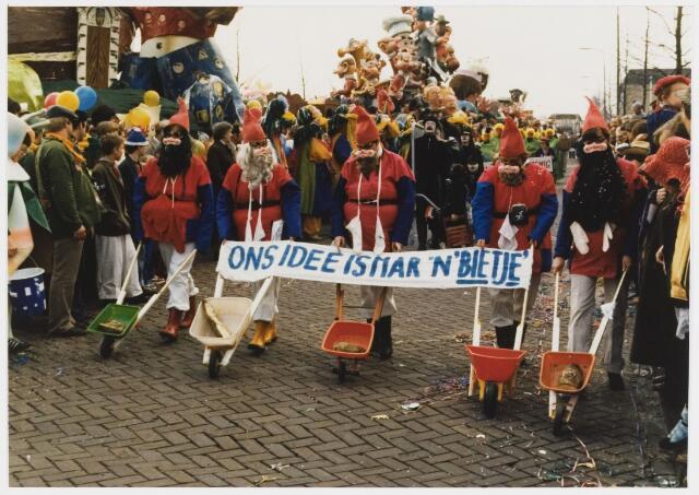 068322 - Carnaval 1980. Nog een carnavalsgroep in de optocht. Ons idee is mar een bietje.