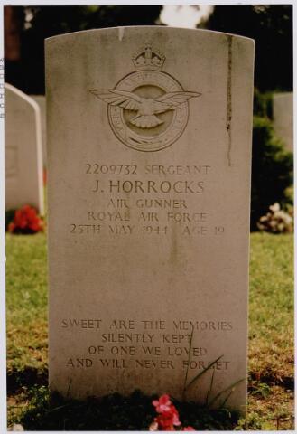 045732 - Tweede Wereldoorlog. Graf C.1.4 op de begraafplaats parochie St. Jan, van James Horrocks, sergant, 19 jaar oud, gesneuveld op 25 mei 1944, R.A.F., 76. Squadron, schutter (air gunner).
