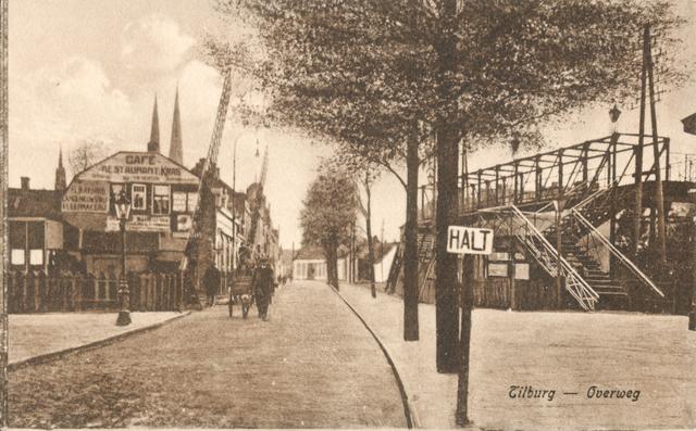 653949 - Tilburg. Rechts de voetgangersoversteekbrug op de kop van de Heuvel. Links Café Restaurant Kras.