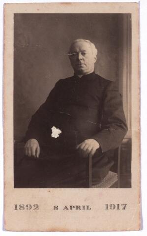 003516 - Henricus Joannes Hubertus de Beer, geboren te Tilburg op 19 november 1847, aldaar overleden op 3 april 1920 te Aarle-Rixtel. Lid van de Derde Orde van St. Franciscus, begiftigd met het gouden kruis Pro Ecclesia et Pontifice. Priester gewijd op 7 juni 1873, kapelaan te Cuijk 1874-1881, kapelaan te Uden 1881-1892, pastoor te Aarle-Rixtel 8 april 1892. Prentje gemaakt t.g.v zijn zilveren jubileum als pastoor van Aarle-Rixtel op 8 april 1917.