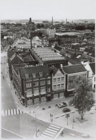 021172 - Zuidzijde van de Heuvel gezien vanaf de toren van de St.-Jozefkerk. Links hotel Riche en daarnaast garage Knegtel met de daarachter gelegen werkplaats. Op de achtergrond de kerk van Broekhoven II
