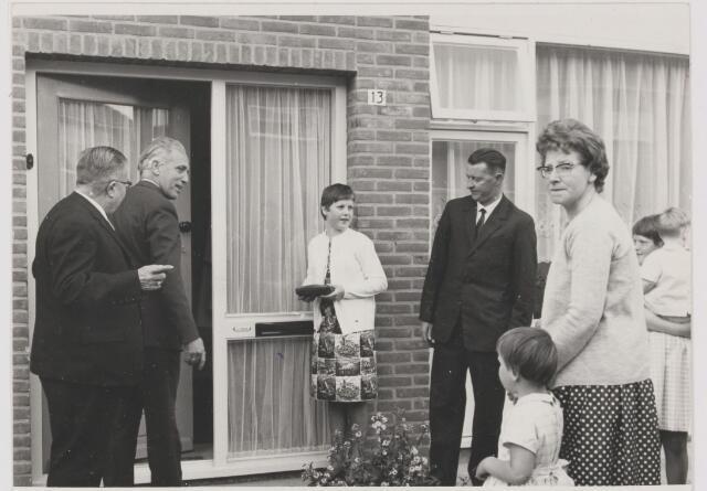081960 - Cdk Kortman opent samen met burgemeester van Mierlo de 1.000 ste woning na de oorlog. Locatie Rijen, Goselingestraat 13 bij de familie van Mook