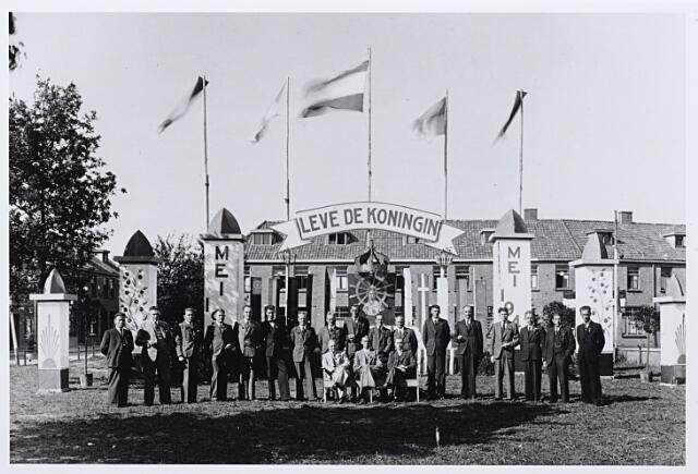 012121 - Tweede Wereldoorlog. Bevrijding. Het organisatiecomité van de bevrijdingsfeesten op het Leo XIII-plein in mei 1945