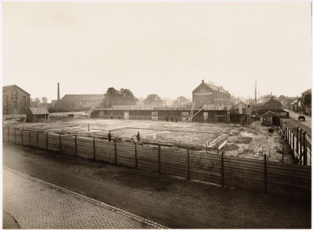 """052151 - Onderwijs. Textielschool. Bouw van de midelbare later lagere Textielschool 6 juni 1929. op de achtergrond drijfriemenfabriek """"De Backer""""."""