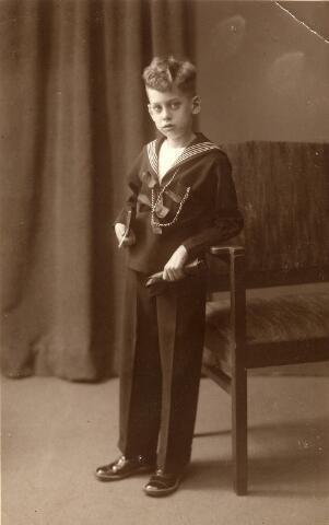 092299 - Eerste H. Communiefoto van Marinus Norbertus Wilhelmus Josephus (Rien) Sleegers, geboren te Tilburg op 19 maart 1928, zoon van schilder Noud Sleegers en Miet de Kort.
