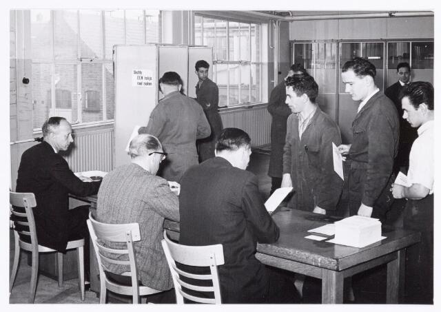 038765 - Volt Oosterhout. Ondernemingsraad-verkiezingen in ? Uiterst links zittend Dhr.Frits Maas van de administratie en rechts achteraan Dhr. Jan Zon. Fabricage- of productie vond in Oosterhout plaats van april 1951 t/m 1967.