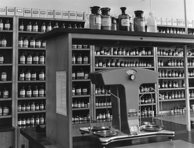 1238_F0026 - Interieur van een apotheek met apothekersflessen