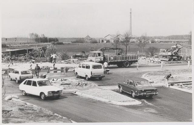 081601 - Aanleg van het nieuwe kruispunt Oosterhoutseweg/Nassaulaan. Op de achtergrond steenfabriek 'Vijf Eiken'