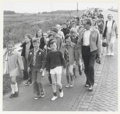 90951 - Made en Drimmelen. Wandelsport in Made; de avondvierdaagse. De groep loopt richting Den Hout.