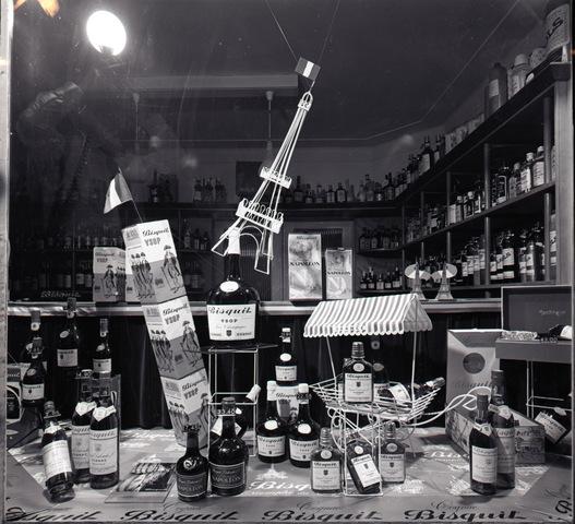 654664 - Reclame. Etalage wijnhandel.