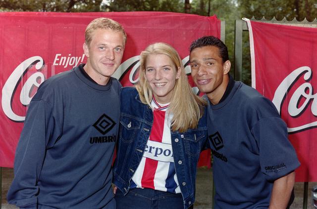 1237_001_031_010 - Sport voetbal Willem II, promotour van Willem II. Spelers Dmitri Shoukov (links) en Raymond Victoria (rechts) op 1 augustus 2000 in Oisterwijk.