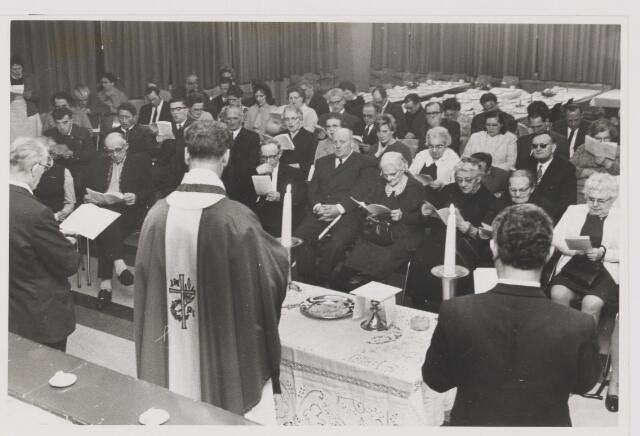 081991 - Gilze. Kerstviering bejaarden in het bejaardentehuis Sint Franciscus
