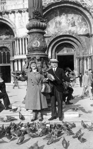 064250 - Adrianus Johannes Remmers, geboren te Tilburg op 28 juni 1884 en aldaar overleden op 11 november 1962, en zijn vrouw Henrica Maria van Puijenbroek, geboren te Tilburg op 2 juni 1886 en overleden aldaar op 12 april 1962, gefotografeerd op het St. Marcoplein in Venetië.