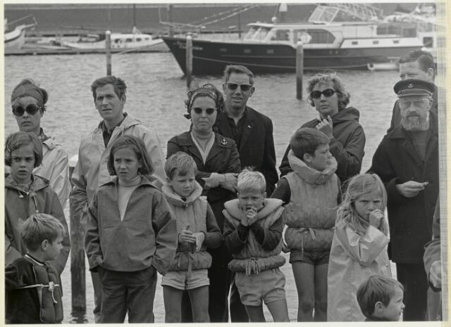 91653 - Made en Drimmelen. Toeschouwers in de haven bij de opening van de Jachthaven De Biesbosch.