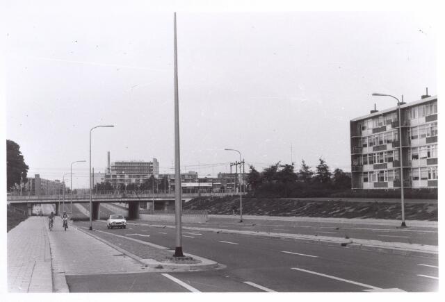017405 - Conservatoriumlaan in de richting van de Westermarkt. Rechts van de spoorlijn station Tilburg-West