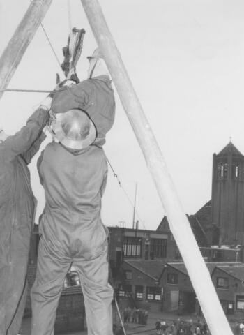 064163 - Volt Zuid. Hulpverleningsoefening vanaf het dak van de gereedschap-makerij (gebouw M). Op de achtergrond de toren van de kerk van O.L.V. Moeder van Goede Raad (Broekhoven I)